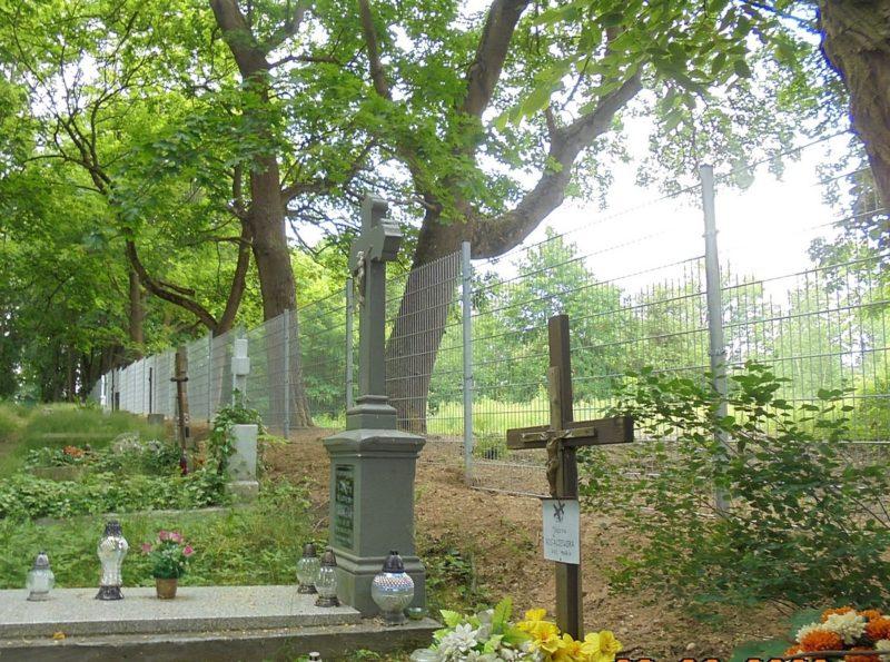 Ogrodzony cmentarz